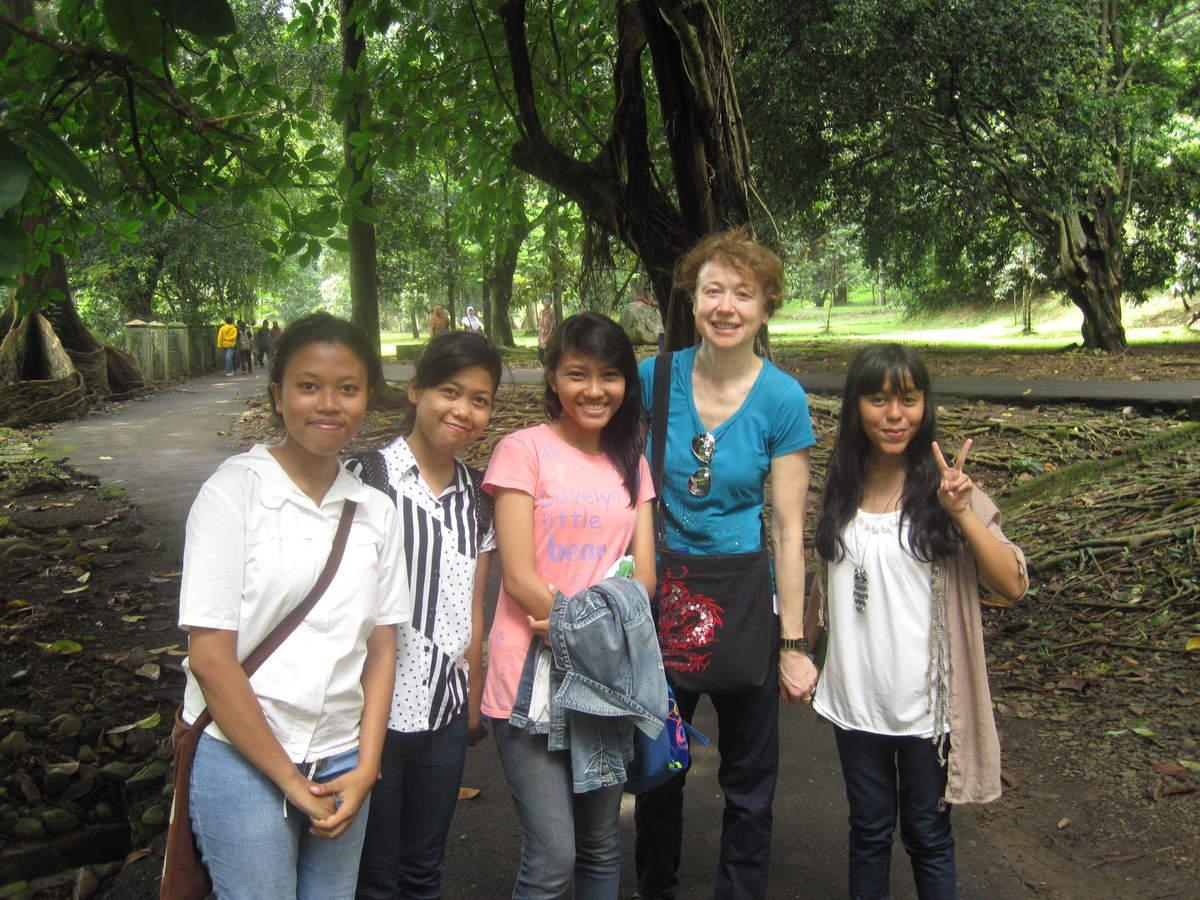 Luxushotel und seine Aussicht Jakarta , Bogor Botanischer Garten, Baeume und als was sie missbraucht werden, Vulkane und ihre heissen Quellen