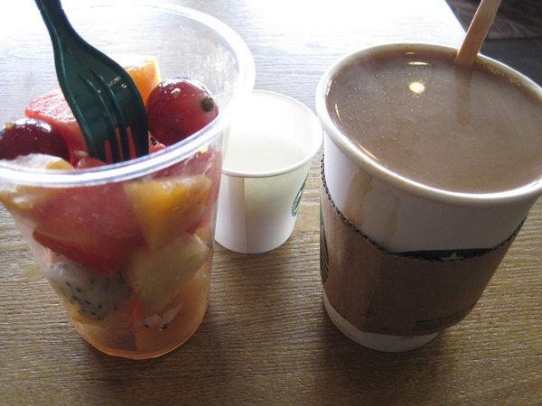 Ekeltofu, Mehrkornbrot, Nudelsuppe, Kaffee mit Fruchsalat, Teezubereitung, Sesamkräcker, Gemüsecurry, Ginsengwein Fotos by D. M. Krumm all rights reserved