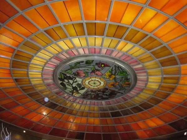 Desserttraumbuffet, die noch jungfräuliche Jubiläumstorte unter wunderschöner Glasdecke des Vier Jahreszeiten