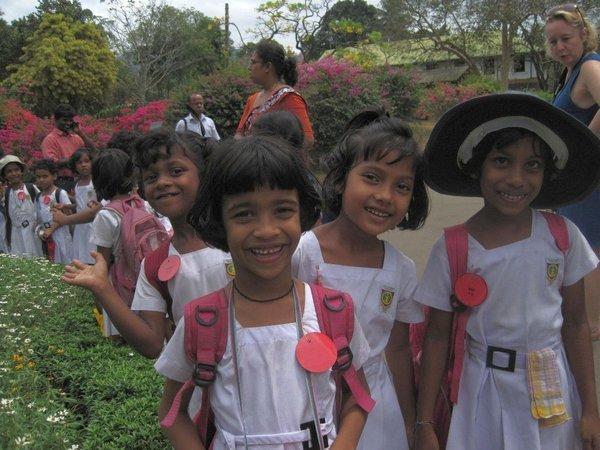 Kinder aus Nuwara Eliya, Sigiriya und Kandy, die rote Hummerzange, Würgepalme, Coco de Mer by DK