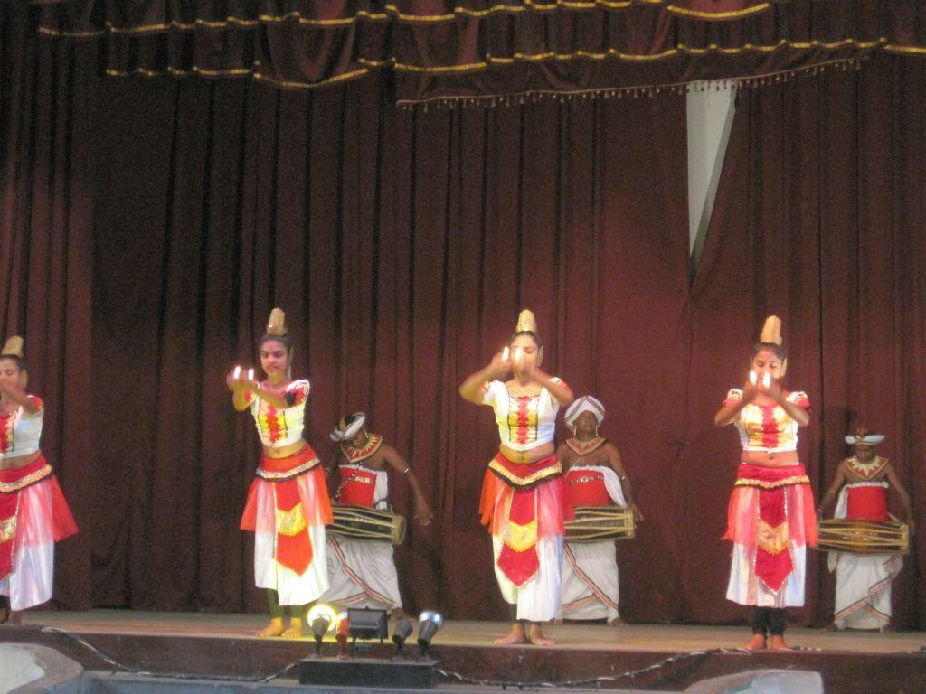 Felsen, Elefanten im Bade und geheimnisvolle Monumente bei Nigiriya, Kandys See, Tempelbesucher und Tänzer Foto by DK