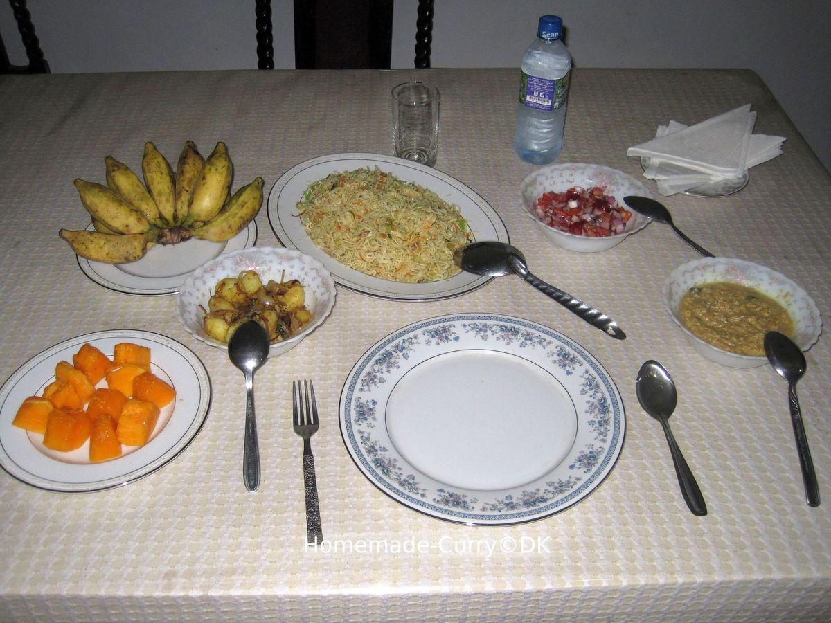 """Kottu, Roti- und Curry-Variationen, Camille und Marco amüsieren sich über das """"Special Tea Arrangement"""", fangfrischer Fisch, Brötchen mit recycelter Servierte, Betelnußblätter und die Katze ahnt nichts von der Schärfe..."""